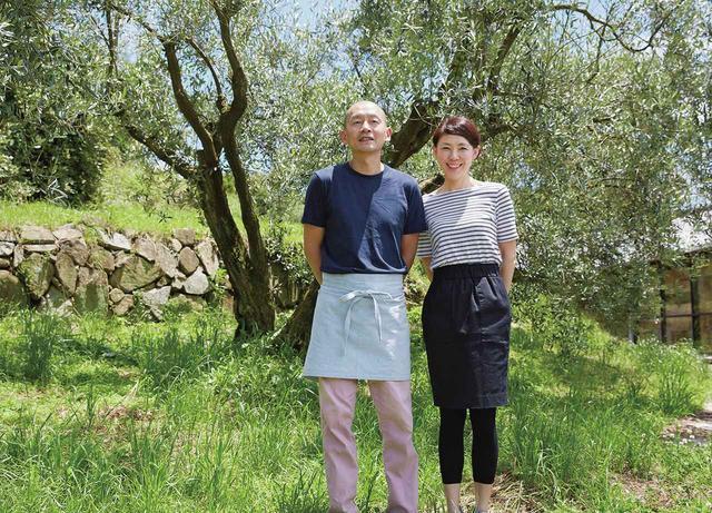 画像: オリーブの樹の前で、笑顔の林夫妻。「彼女に料理のヒントをもらうこともあります」 ほかの写真を見る