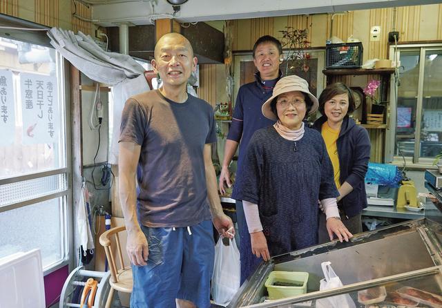 画像: 魚の目利きでは右に出る者のいない高祖多賀子さん、83歳。奥は息子の豊さん、妻の仁美さん。豊さんがすべての魚をおろす。「僕がやるよりうまいので、下処理はお任せしています。ひとりで仕込むので、ありがたい」 ほかの写真を見る
