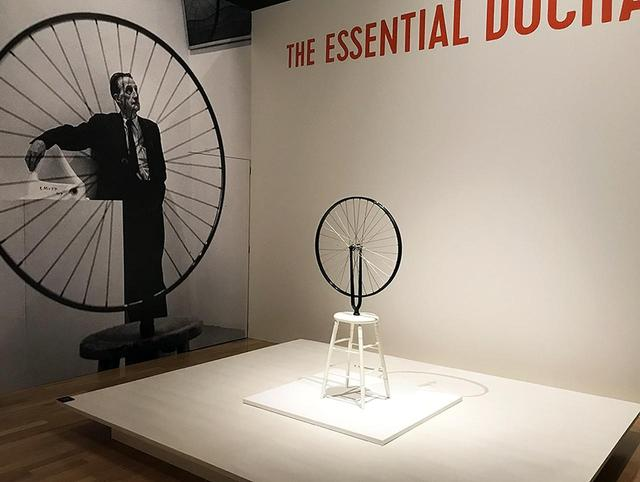 画像: ほかの写真をみる マルセル・デュシャン《自転車の車輪》の展示風景 PHOTOGRAPH BY MASANOBU MATSUMOT