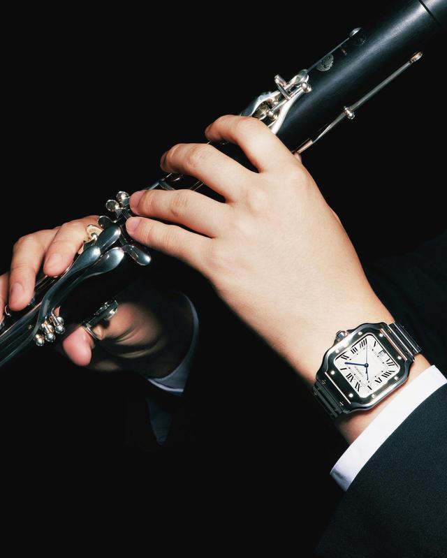 画像: 4オクターブ弱と音域が広く、音色にクセがないクラリネットは、多様な楽器と調和する。世界初の本格的腕時計は、ケースとストラップとの調和を模索し、生まれた。その最新モデルは、優れたオーケストラの演奏の音が一体化するように、外装の一体感をより高めた ほかの時計を見る