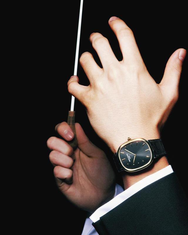 画像: 演奏された刹那、過去に消え去る音楽は、時間の芸術である。テンポ、リズムといった時の統一なくしては、美しい旋律は生まれない。 演奏を統べる指揮者は、いわば時の操縦者。すべての楽器の調和を図る腕には、黄金比に基づく完璧なフォルムの時計がふさわしい ほかの時計を見る