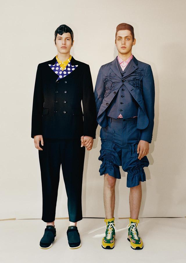 """画像: コム デ ギャルソン・オム プリュスの2019年春夏コレクションのテーマは「クレイジースーツ」。服の丈を縮め、ラテックス製ヘアピースをつけて""""男性らしさ""""とスーツの常識を覆した。ヘアピースをデザインしたのはショーのヘアスタイリストとして川久保と長年コラボレーションをしているパリのジュリアン・ディス (左)ジャケット¥119,000、パンツ¥37,000、シャツ¥38,000、スニーカー¥32,000 (右)ベストつきジャケット¥230,000、パンツ¥117,000、シャツ¥23,000、スニーカー¥50,000 すべてコム デ ギャルソン(コム デ ギャルソン・ オム プリュス) TEL. 03(3486)7611"""