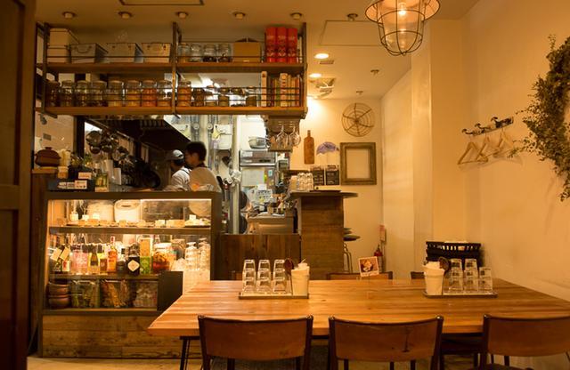 画像: ナチュラルテイストな店内。お酒をゆっくり楽しみたいなら、ぜひ予約を。カウンターもあり