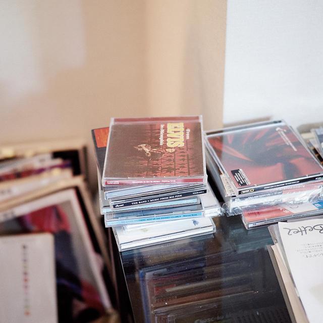 画像: ロックを中心に洋楽にも精通しており、作品のネタにもしてきた荒木。音楽をかけながら作業をするのが日課で、デスクまわりには、CDが山積みに。最近はエルヴィス・プレスリーが個人的に再ブームだという ほかの写真をみる