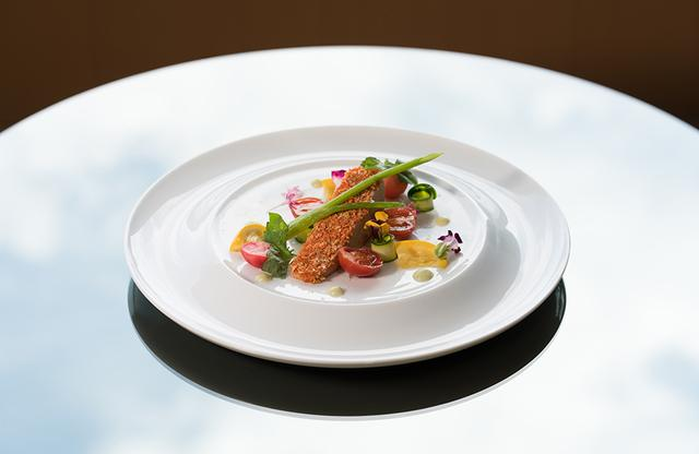 画像: ギィ・マルタンと業務提携している東京・永田町の「ザ・キャピトルホテル 東急」では、オールデイダイニング「ORIGAMI」でマルタン氏プロデュースのディナーコース¥9,000(税サ込み)を提供。写真は「サラド社 鴨のフォアグラテリーヌ アニスとグリーンカルダモン風味の野菜のクロッカン フヌイユのピューレ」 ザ・キャピトルホテル 東急 公式サイト COURTESY OF THE CAPITOL HOTEL TOKYU