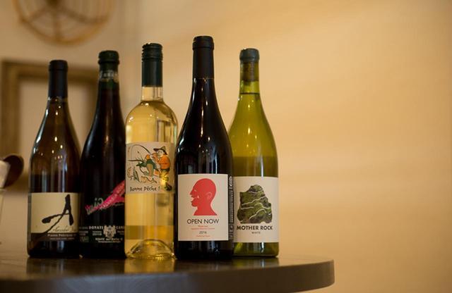 画像: 大岩さんがテイスティングし、リーズナブルでスパイシーな料理に合うワインを揃える。グラスワインは3〜4種類