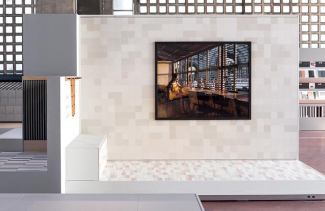 画像: 自社ショールームで、新商品と写真とタイルを組み合わせたMutinaの展示会「Surface Matters」 PHOTOGRAPH BY MATTEO PASTORIO ほかの写真を見る
