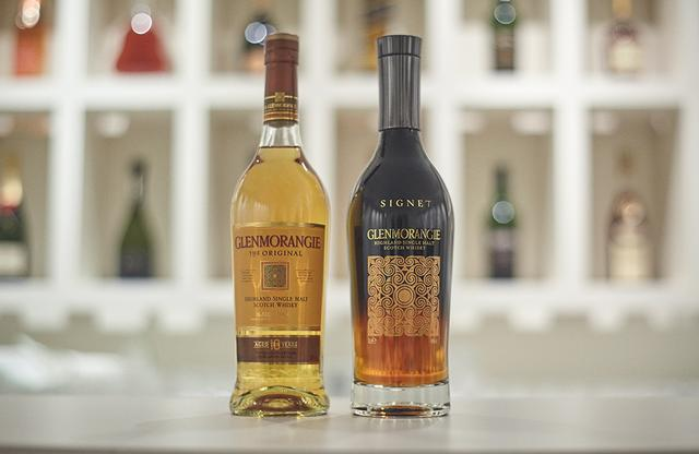 画像: (左から) 「グレンモーレンジィ オリジナル」 <700ml>¥5,300 スコットランド産の大麦のみを使用したシングルモルトウイスキー。フルーティーでフローラルな風味。 「グレンモーレンジィ シグネット」 <700ml>¥18,000 チョコレートモルトを用いるなど独特の製法によって生まれたプレミアム・シングルモルト。ヴェルベットのようななめらかな味わい www.mhdkk.com