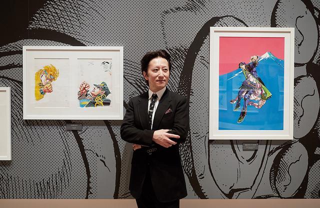 画像: 荒木飛呂彦 国立新美術館でのプレス内覧会にて、東京会場用の公式ビジュアルとともに。国立の美術館で漫画家の個展が開かれるのは、手塚治虫以来二人目 ほかの写真をみる