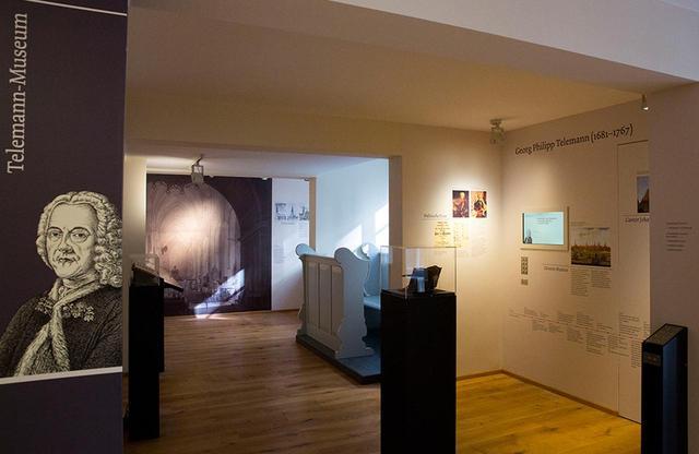 画像: 館内の展示はドイツ語が中心で、英語併記を徐々に進めているところ。ヘッドフォンで各音楽家の楽曲を聴くことができる コンポーザーズ・クウォーター Komponisten-Quartier Hamburg e.V. 住所:Peterstraße 28 20355 Hamburg 開館時間:10:00~17:00 入場料:9ユーロ(各種割引あり)、月曜休館 電話: +49 (0)40 636 078 82 公式サイト PHOTOGRAPH BY CHRISTINA CZYBIK