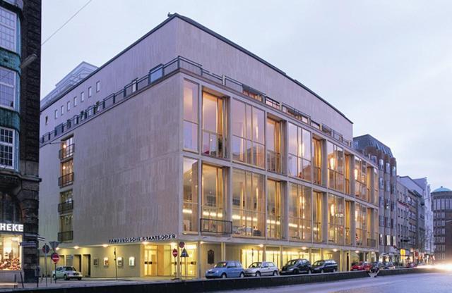 画像: 第二次大戦時の爆撃で舞台部分を残して焼失し、1955年に再建されたハンブルク州立歌劇場。オペラ、バレエ、フィルハーモニーの3団体が交替で公演を行っている ハンブルク州立歌劇場 Staats Oper Hamburg 住所:Dammtorstrasse 28 D-20354 Hamburg 公式サイト © WESTERMANN