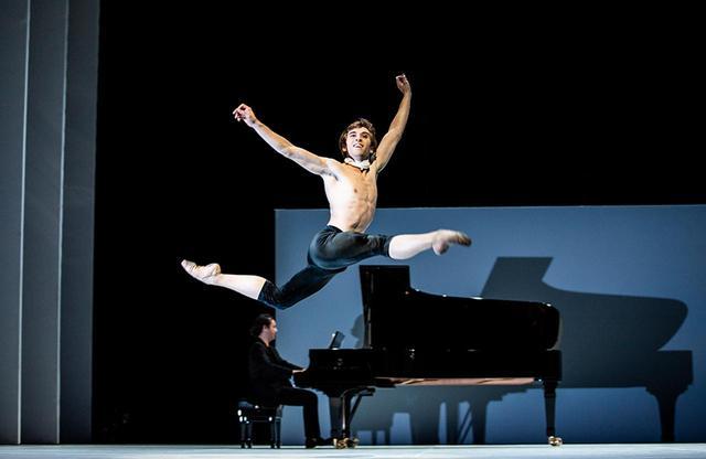 画像: 毎年シーズン最後に2週間にわたって開催される「ハンブルク・バレエ週間」。2018年のオープニングを飾ったのはノイマイヤー振付の新作『ベートーヴェン・プロジェクト』。若手のアレックス・マルティネスがベートーヴェンの心象をみずみずしく表現した ハンブルク・バレエ団 Hamburg Ballett Johon Neumeier 電話: +49 (0)40 35 68 68 公式サイト PHOTOGRAPH BY KIRAN WEST