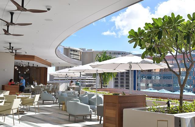 画像: ハワイの風を感じながら食事ができるダイヤモンドヘッドタワーの「プールグリル」