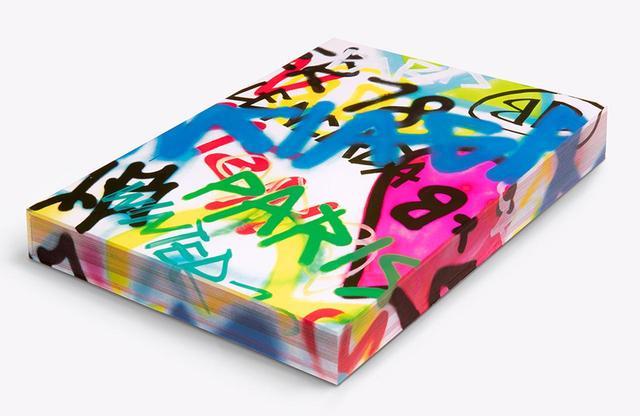 画像: 『バレンシアガ ウィンター 18』¥11,000 ヨーロッパの主要店舗およびオンラインショップでは販売中。2018年11月30日(金)よりバレンシアガ 青山、バレンシアガ 松屋銀座、バレンシアガ 神戸大丸、バレンシアガ 阪急メンズ大阪にて発売。一般書店では、2019年2月以降に販売予定 PHOTOGRAPHS: COURTESY OF BALENCIAGA ほかの写真をみる