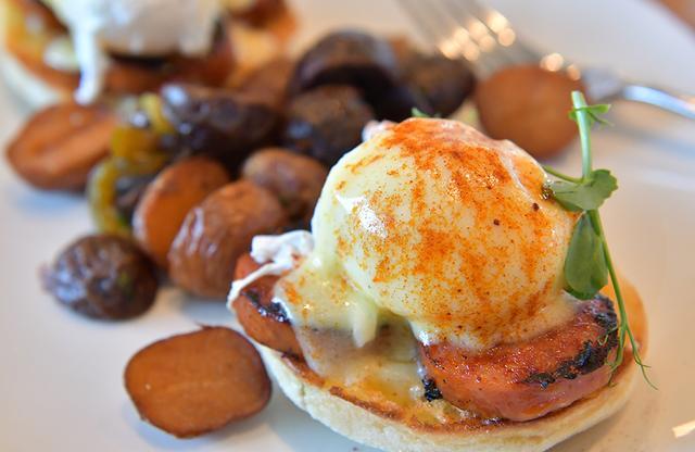 画像: オールデイダイニング「ザ・マーケット」の朝食。ハワイアンスタイルのエッグベネディクト。このほか、ハワイ初出店の「ディーン&デルーカ」も