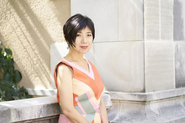 画像: 「ビジネスウーマン アワード」受賞の長谷川祐子さん。 東京藝術大学大学院を卒業後、水戸美術館、ホイットニー美術館、世田谷美術館で活動、その後、金沢21世紀美術館の立ち上げに参加。現在、東京都現代美術館参事、東京藝術大学大学院教授を務める。2016年にフランス政府より芸術文化勲章シュヴァリエ、2017年ブラジル政府よりオルデン・デ・リオ・ブランコ国家勲章を受勲