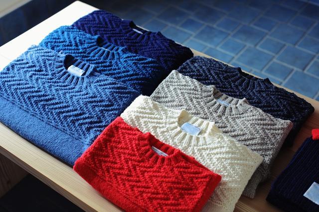 """画像: 2013年に会社設立した 「気仙沼ニッティング」 のセーターやカーディガンは、地域の""""編み手""""さんたちが手編みしたもの。デザインはニットデザイナーの三國万里子さんが手がける PHOTOGRAPH BY KOHEI SHIKAMA"""