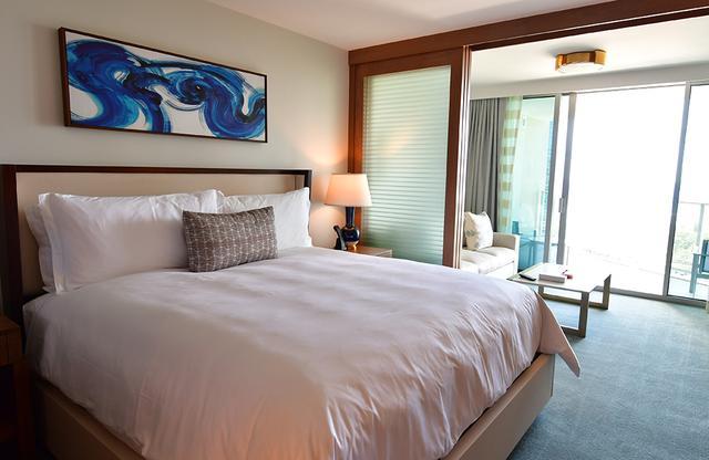 画像: スタジオタイプのベッドルーム。インテリアはシンプルで上品