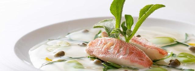 画像: もう一皿は、軽く塩で締めた本日のおすすめ鮮魚 ナージュ仕立て
