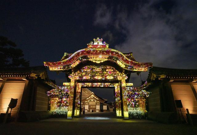 画像: 徳川家康が築城し、三代家光が完成させた重要文化財「唐門」。切妻造、檜皮葺の四脚門で、屋根の下には彩色を施した彫刻がふんだんに見られ、その豪華さは京都でも屈指の雅びな門