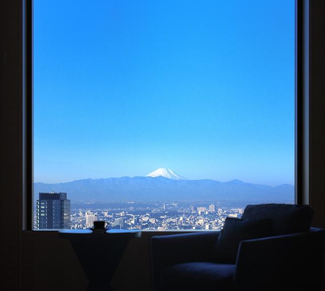 画像: 客室から富士山を遠望。好天の日にこの眺望を得られたゲストは幸せな朝を迎えるはず PHOTOGRAPHS: COURTESY OF CERULEAN TOWER TOKYU HOTEL