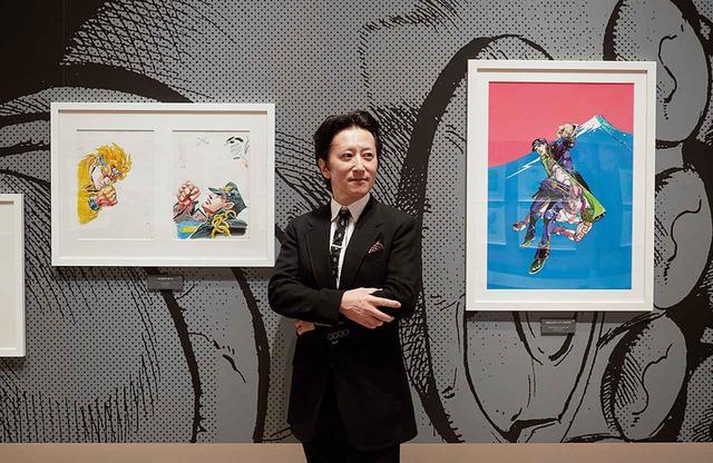 画像: 荒木飛呂彦 国立新美術館でのプレス内覧会にて、東京会場用の公式ビジュアルとともに。国立の美術館で漫画家の個展が開かれるのは、手塚治虫以来二人目 www.tjapan.jp