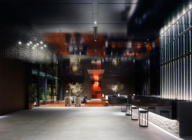 画像: 9階にあるホテルロビー。チェックイン・アウトはこちらで。左奥に見えるのが加賀料理料亭「日本橋浅田」の暖簾。右側のガラス窓の外には中庭がある www.tjapan.jp