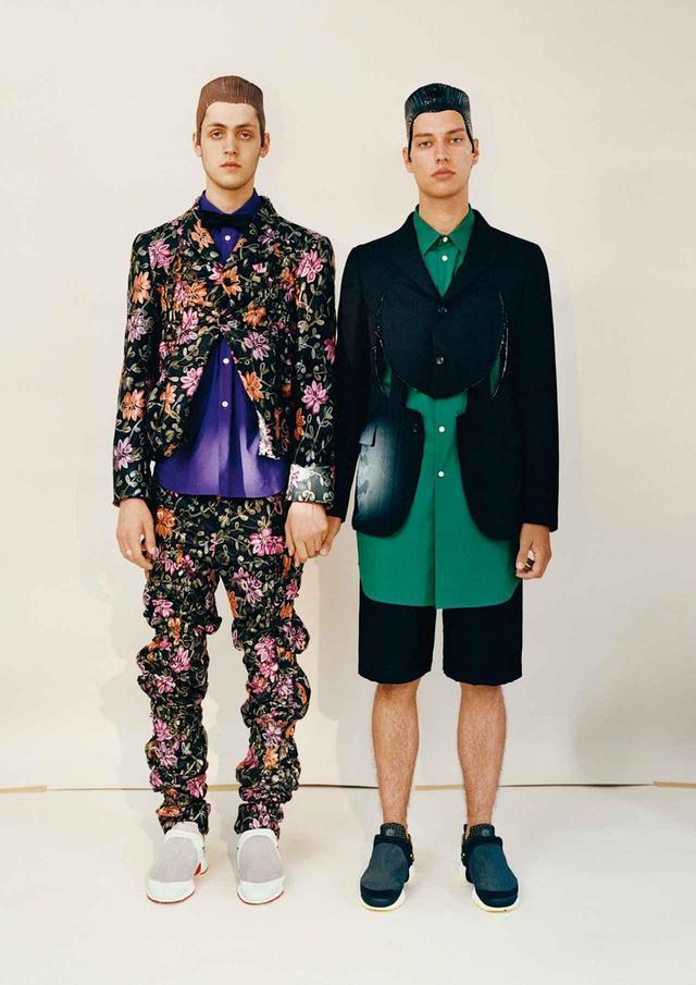 画像: 2019年春夏コレクションで川久保はスーツのシルエットと構造を崩してクレイジーなタキシードや複雑なひねりを効かせたセットアップ、縮めているのに。オーバーサイズなシルクスーツなどを披露した (左)ジャケット¥168,000、パンツ¥149,000、シャツ¥19,000、スニーカー¥32,000 (右)ジャケット¥149,000、パンツ¥43,000、シャツ¥21,000、スニーカー¥32,000 すべてコム デ ギャルソン (コム デ ギャルソン・ オム プリュス) TEL. 03(3486)7611