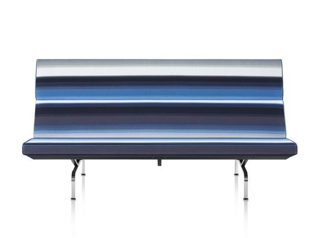 画像: イームズソファコンパクト イームズ夫妻の自邸「イームズハウス」に作りつけられていた椅子をモデルにした、3人掛けソファ。生地は、細かいループとローパイルが特徴のエパングル織コットンを使用。直線的なフォルムに、涼しげな色合いのブレンデッドストライプが映える <W1,843×D800×H890 mm> ¥889,950 ほかの写真をみる
