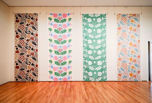 """画像: マリメッコに入社した直後にアメリカのハウスウェアブランドのために描き上げたファブリック(右と左は""""Suvi【夏】""""/1977年、中央の2点は""""Onni【Happy】""""/1975年)。今回の個展に合わせてリプロダクションが実現した。2019年春には限定で商品化も予定"""