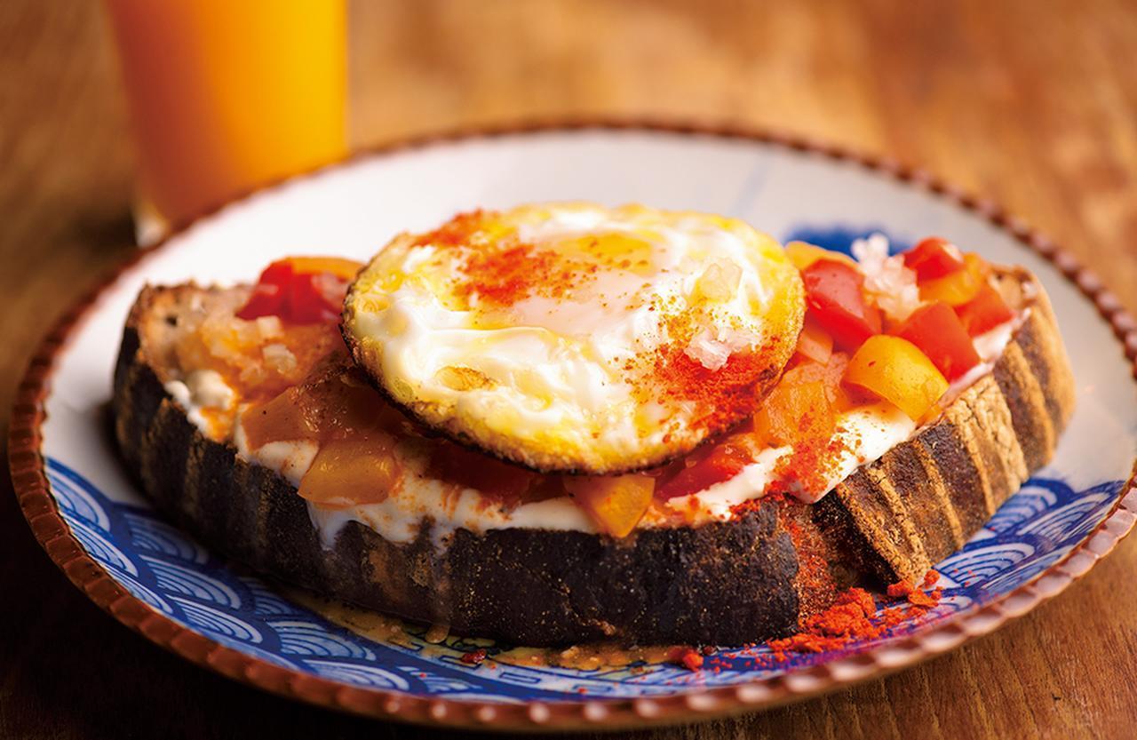 画像: 全粒粉、ディンケル小麦、ライ麦を使用したブリコラージュブレッドと豆腐クリームを合わせた「アリスの卵、パプリカのケイジャン風」