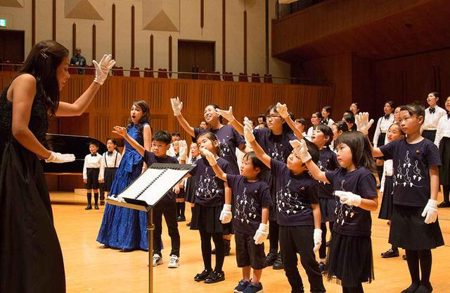 画像: 2017年10月、東京芸術劇場にて。東京ホワイトハンドコーラスの子どもたちの初舞台 PHOTOGRAPH BY YASUYUKI TAKAGI