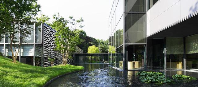 画像: 水場を大切にしているホテルの、あまり知られていないアングル。右がロビーエリア、左は日本料理『水簾』