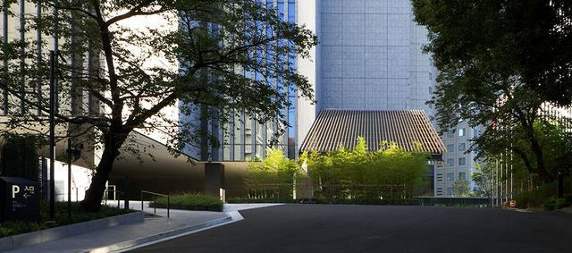 画像: 坂を上りつめてエントランスに近づくと、若緑色の竹が目に飛び込んでくる。和の趣とモダン建築との融合に魅せられる