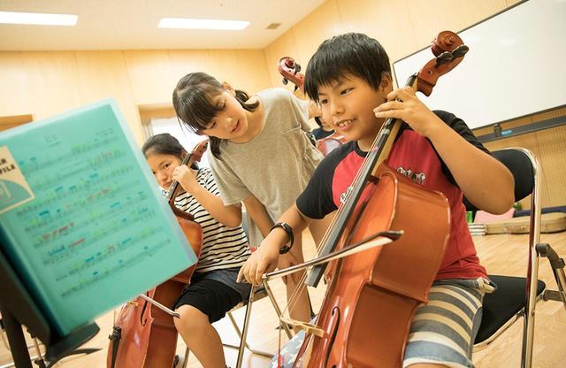 画像: 2018年8月、相馬と大槌の合同練習風景。子どもたち同士も声をかけあい、音楽を磨いていく COURTESY OF EL SISTEMA JAPAN