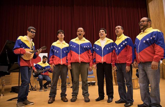 画像: ベネズエラ・ジャケット姿の『ララ・ソモス』のメンバー。このコンサートは、彼らの高度な楽器演奏と素晴らしい歌声を生で聴くチャンス! COURTESY OF EL SISTEMA JAPAN