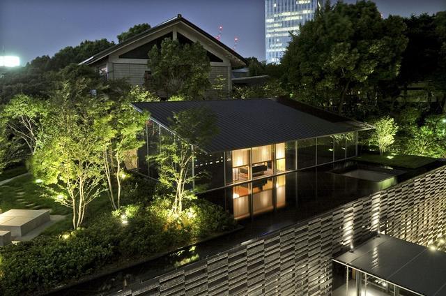 画像: ロビーから渡殿を抜けた先にある、離れのような造りのメインダイニング『水簾(すいれん)』。写真は個室の夜景