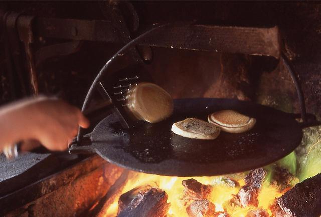 画像: 切り取られた大地『ボグ』を燃料に暖炉の炎は燃える。かつては多くの民家がここで調理もした