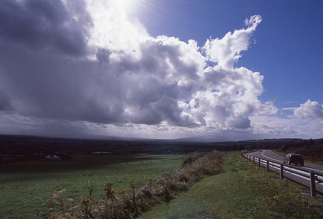 画像: 1日の中に四季があると言われるアイルランド。雲が早い風とともに走る