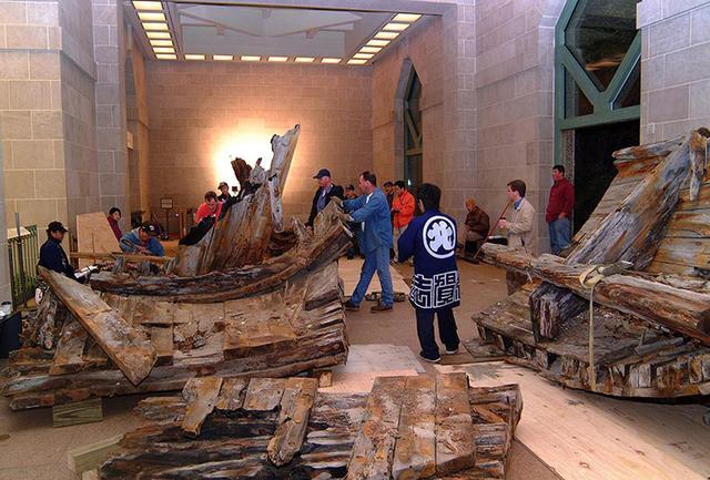 画像: アメリカ、スミソニアン博物館で廃船を組み立てるいわきチーム PHOTOGRAPH BY KAZUO ONO