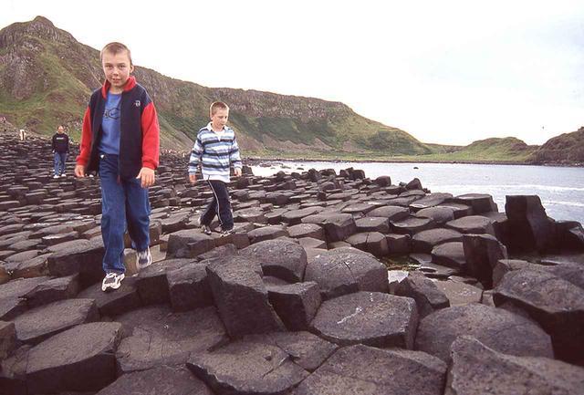 画像: 地殻活動でできた柱状摂理。六角柱が海岸線に林立する様はダイナミックだ