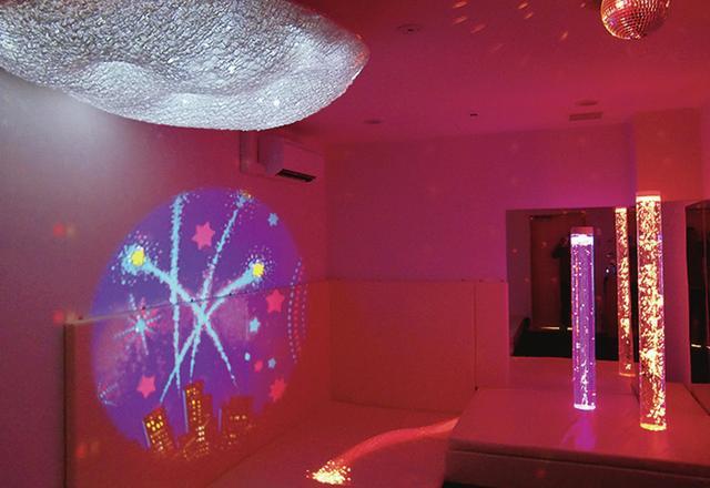 画像: まざまな光のアートを楽しめる「センサリールーム」。下には心地よいマットが敷かれ、寝たままでもいろいろな視覚的刺激を受けられる COURYESY OF MOMIJINOIE ほかの写真をみる