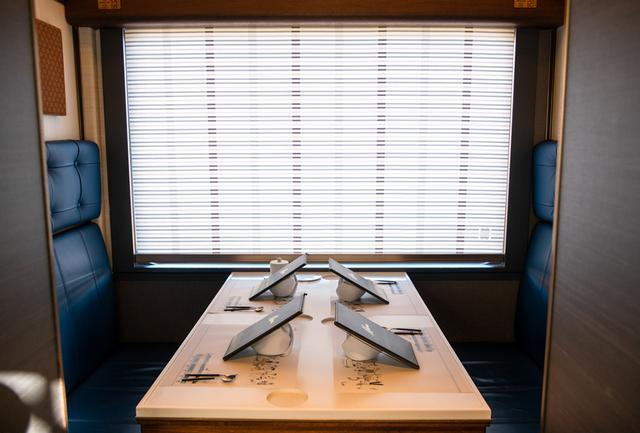 画像: 1号車は7室のコンパートメントで、定員は各4人まで。シートの上の壁面のファブリックは福島の刺子織をモチーフにするなど、あらゆるディテールに東北テイストのキュレーションが貫かれている。なお、インテリアデザインはIntentionalliesの鄭秀和氏が担当。他に歴代シェフをはじめ、オリジナルBGMや車内アートまで、適材適所の配置を含むプロデュースとプロジェクトマネジメントはTransit General Officeが行なっている