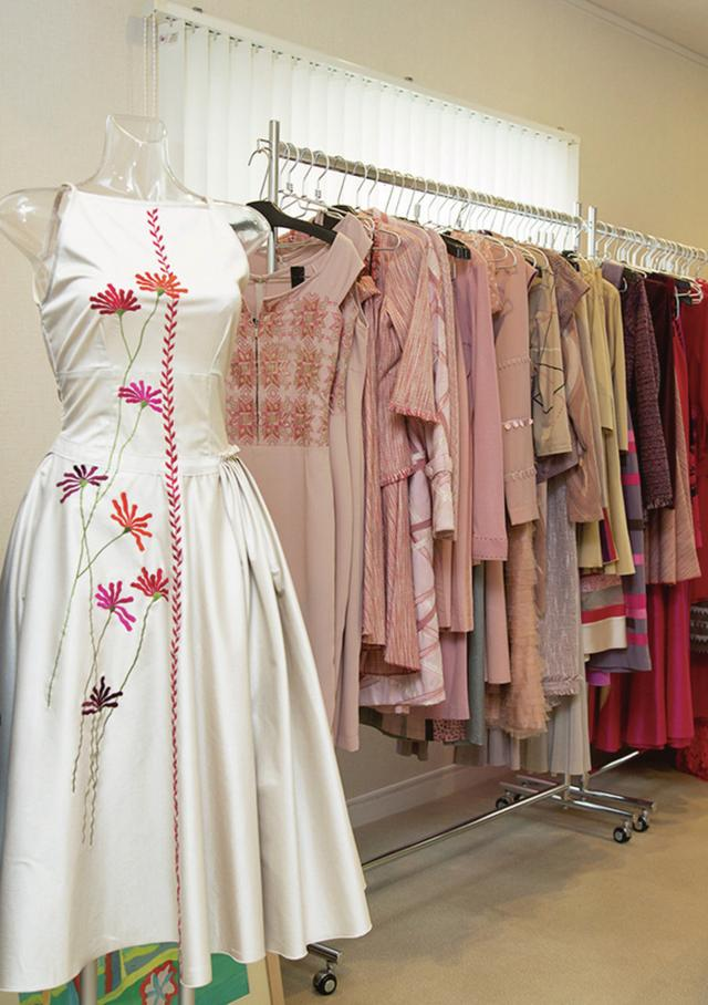 画像: カンボジアの孤児や貧困女性を支えるさまざまな取り組みも長年続けている。一点もののハンドメイドのドレスの製作・販売もそのひとつ ほかの写真をみる
