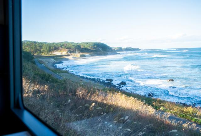 画像: サーフスポットも点在する海岸沿い、コンパートメントの窓から太平洋の波しぶきを眺める。車内では食事のメニュー以外に「景観のおしながき」と題されたパンフレットも手渡され、乗客がおすすめの見どころを見逃さないがための配慮が行き届いている
