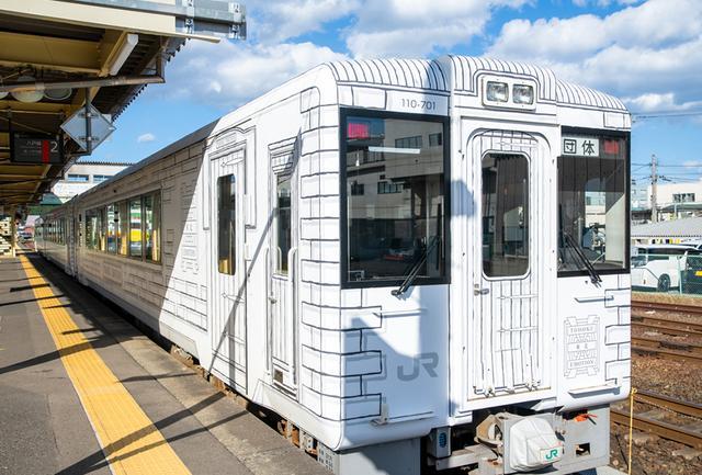 画像: 白いキャンバスに見立てた列車のエクステリアは、イタリア人以外で初めてフェラーリをデザインしたことでも知られ、秋田新幹線、北陸新幹線、クルーズトレイン「TRAIN SUITE 四季島」も手がけるデザイナーの奥山清行氏が担当。写真は久慈駅にて