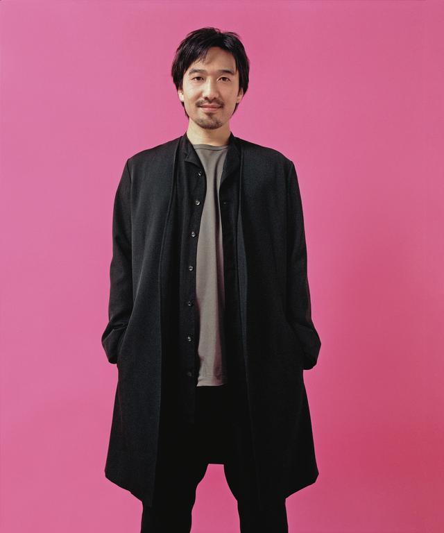 画像: ジャケット¥92,000、シャツ¥46,000、Tシャツ¥16,000、パンツ¥52,000 ヨウジヤマモト プレスルーム(ヨウジヤマモト) TEL. 03(5463)1500 ほかの写真をみる