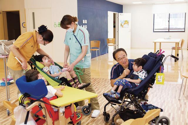 画像: 集まって遊ぶひととき。看護師、保育士、介護福祉士など多くの人とともに。日常は家の中で多くの時間を過ごす子どもも、ここでは友達とともに過ごす時間がある ほかの写真をみる
