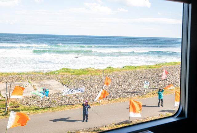 画像: ある日の洋野エモーションの歓迎風景。その後、到着した久慈駅でも到着時と帰りの発車の際、「よぐぎてけさった 北いわてゆとり旅」とメッセージ入りの半被を着た地元の役場スタッフが、横断幕と大漁旗を降って歓迎の意を表してくれた