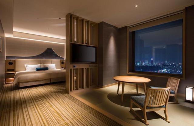 画像: 「ジュニアスイートルーム富士-FUJI-」。落ち着いたアースカラーの客室は品格を備え、日本の象徴、富士山が目を引く www.tjapan.jp